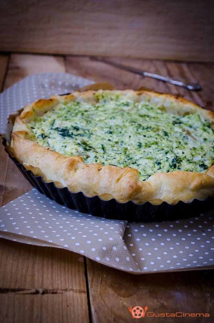 Torta salata con ricotta e broccoli è un gustoso rustico di pasta sfoglia che può essere servito come antipasto o secondo piatto a base di verdure.