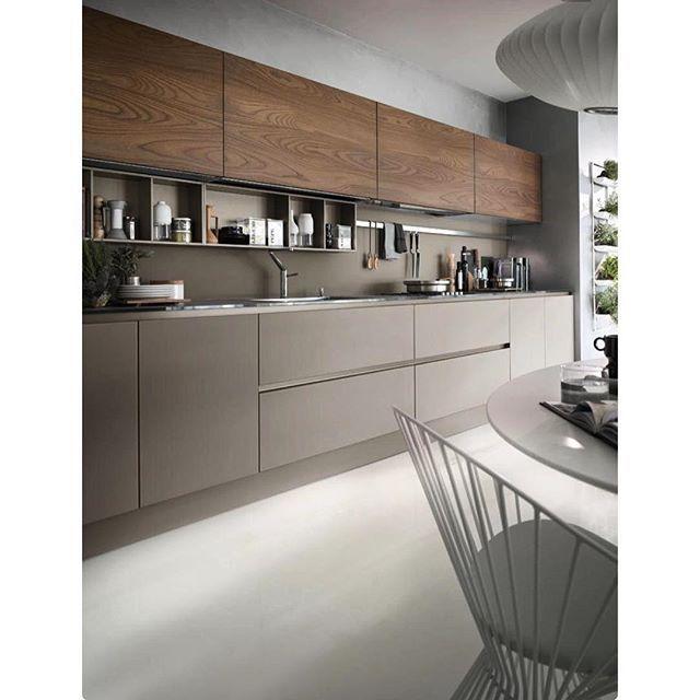Mais uma cozinha linda para inspirar. Tenho visto muito constantemente a utilização de dois padrões de acabamento. Aqui o fendi com a madeira ficou perfeito.
