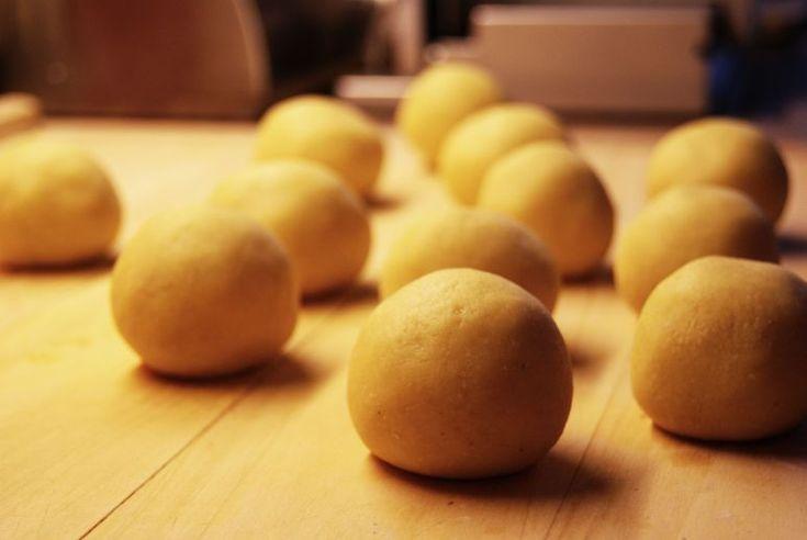 Fantastiske potetboller som egentlig ikke trenger mer enn litt kjøttsaus. Perfekt til nesten alle typer kjøtt. Dere trenger: 900g poteter 3 eggeplommer 75g maizena 50g smør, smeltet og avkjølt salt…
