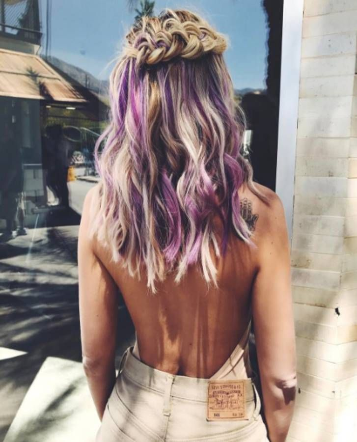 Les cheveux arc-en-ciel de la blogueuse Veronica Ferraro au festival Coachella 2017