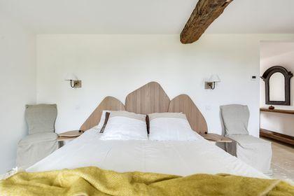 Une chambre confortable où le végétal est réinterprété