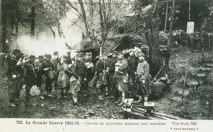 1914-1918 1915 Corvée de cuisiniers montant aux tranchées