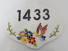 Número em mosaico beija flor. Base em cerâmica.