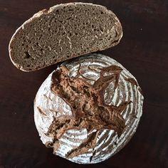 Der Urlaib ist ein wunderbar saftiges Mischbrot mit lang-anhaltender Kruste. Das Brot schmeckt angenehm mild, bleibt lange frisch und ist obendrein einfach herzustellen. Da der Roggen im Rezept dom…