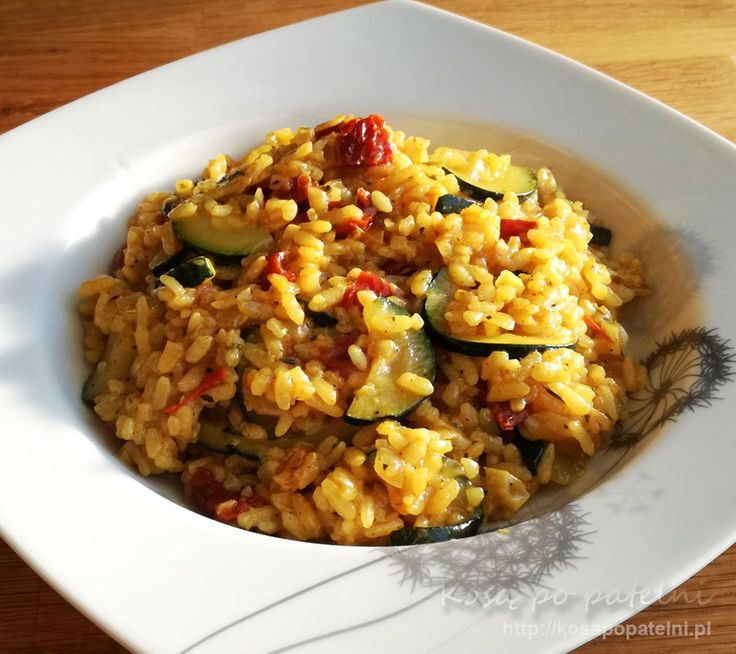 Wegetariańska wersja risotto z cukinia i pomidorami powinna przypaść do gustu nie tylko miłośnikom dań bez mięsa. Wilgotny ryż aromat pomidorów i miękkość cukinii a wszystko otoczone bogatym aromatem ziół.