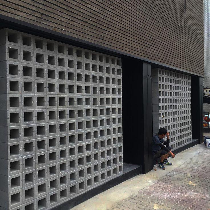 #벽돌#큐블럭#디자인블럭#시멘트블럭#콘크리트블럭#시멘트벽돌#인테리어#담장#콘크리트벽돌#두라스택#전원주택#건설#건축#가벽#조적#qblock#brick#concreteblock#cementblock#interior#wall#facade#breezeblock#architecture 여주 현장입니다. 세로줄눈없이 S340 제품 외장마감 시공되었습니다. 그리고 Q3 가벽까지..