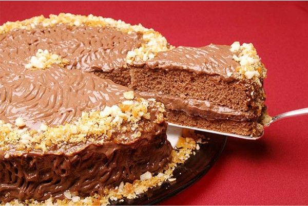 Especialidade de algumas confeitarias, o bolo áfrica é uma deliciosa alternância de bolo de chocolate com recheios e cobertura crocante! INGREDIENTES: Mass
