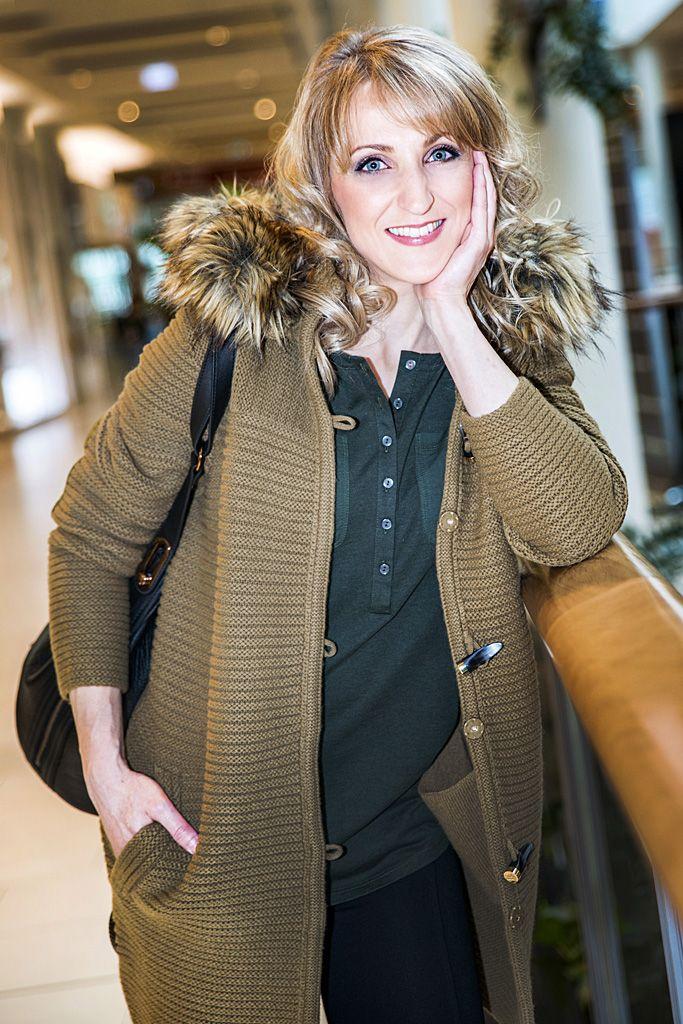 Pri výbere prvého outfitu v predajni TOMMY HILFIGER v Poluse sme kládli dôraz na pohodlnosť a dennú nositeľnosť modelu. Úzke nohavice úzkeho slim-fit strihu skvele dopĺňa dlhý kardigán, ktorý počas jesenných dní nahradí aj kabát.