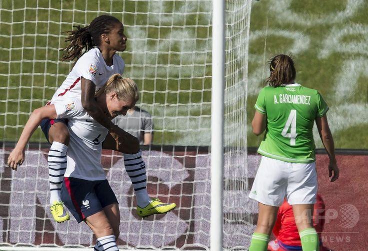 女子サッカーW杯カナダ大会・グループF、メキシコ対フランス。得点を喜ぶフランスのエロディ・トミ(左)とアマディーン・アンリ(2015年6月17日撮影)。(c)AFP/NICHOLAS KAMM ▼18Jun2015AFP|フランスにイングランド、コロンビアが決勝T進出 女子サッカーW杯 http://www.afpbb.com/articles/-/3051966 #2015_FIFA_Womens_World_Cup #Group_F_Mexico_vs_France