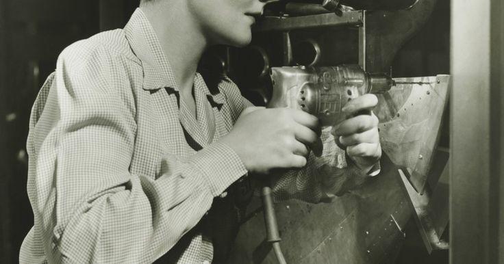 La ropa femenina en la década de 1940. La moda de mujeres en la década de 1940 fue cortada para crear una silueta femenina y romántica que celebraba la forma de la mujer. Más allá de un corte femenino, sin embargo, los historiadores de la moda reconocen dos épocas muy diferentes de la moda en la década de los años 40. La ropa durante la Segunda Guerra Mundial era mucho más sombría y ...