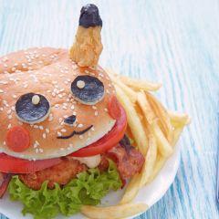 """Niedlicher Pokemon-Burger: Mit wenigen Handgriffen wird aus dem Hähnchenschnitzel-Burger mit Tomaten die beliebte Pokemon-Figur """"Pikachu""""."""