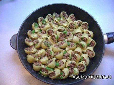 Большие макароны, фаршированные фаршем Ингредиенты: 500 г крупных макарон; 400 г фарша; 1 яйцо; 150 г помидоров; 2 болгарских перца; 1 острый красный перец; 3 зубчика чеснока; Зелень (базилик, укроп, петрушка); Соль, перец. Способ приготовления: Фарш выложить в глубокую мисочку, добавить яйцо, соль и перец по вкусу. Хорошо смешать эти ингредиенты и полученной смесью начинить макароны (не отваривать!). В чашу блендера поместить оба вида перца, помидоры, немного зелени и чеснок. Измельчить…