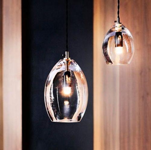 Unika taklampe fra Northern lighting, designet av Anne Louise Due de Fønss og Anders Lundqvist opprinnelig designet for Restaurant Grønbech og Churchill i København. Unika er en munnblåst taklampe der basen er laget av messing, en detalj som gir et industrielt utseende og en kontrast til det skjøre glasset. En lampe som er vakker og er en detalj i hjemmet. Materiale:Munnblåst klart glass, base i messing Størrelser:135 mm og 200 mm ...