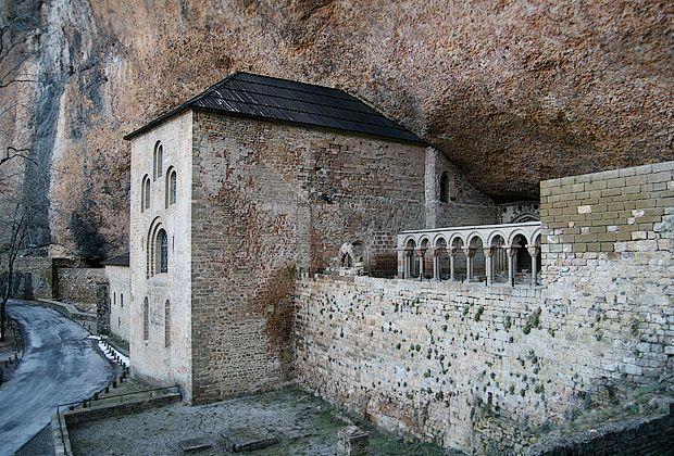 Monasterio bajo una roca