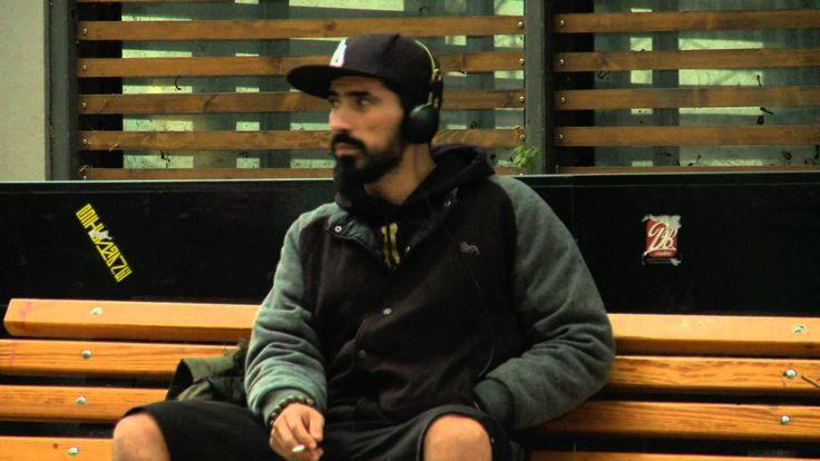 12ος Πίθηκος -H μοναξιά στο πεζοδρόμιο ( Official Music Video )