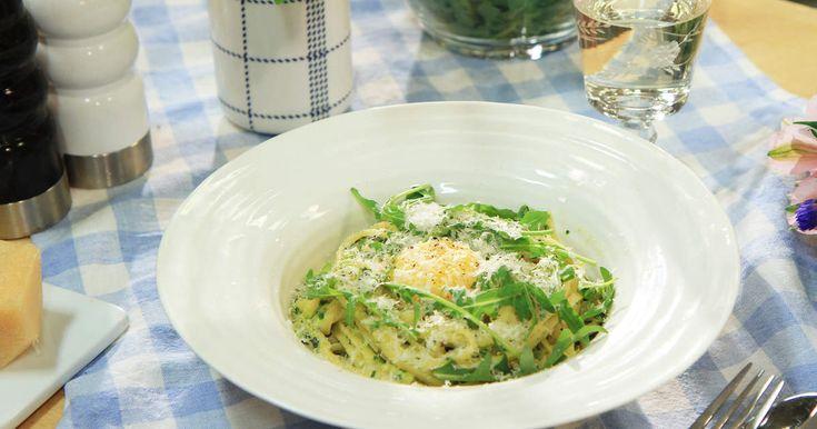 Vegetarisk variant på pasta carbonara med gröna ärtor, parmesan, mynta och äggulor.