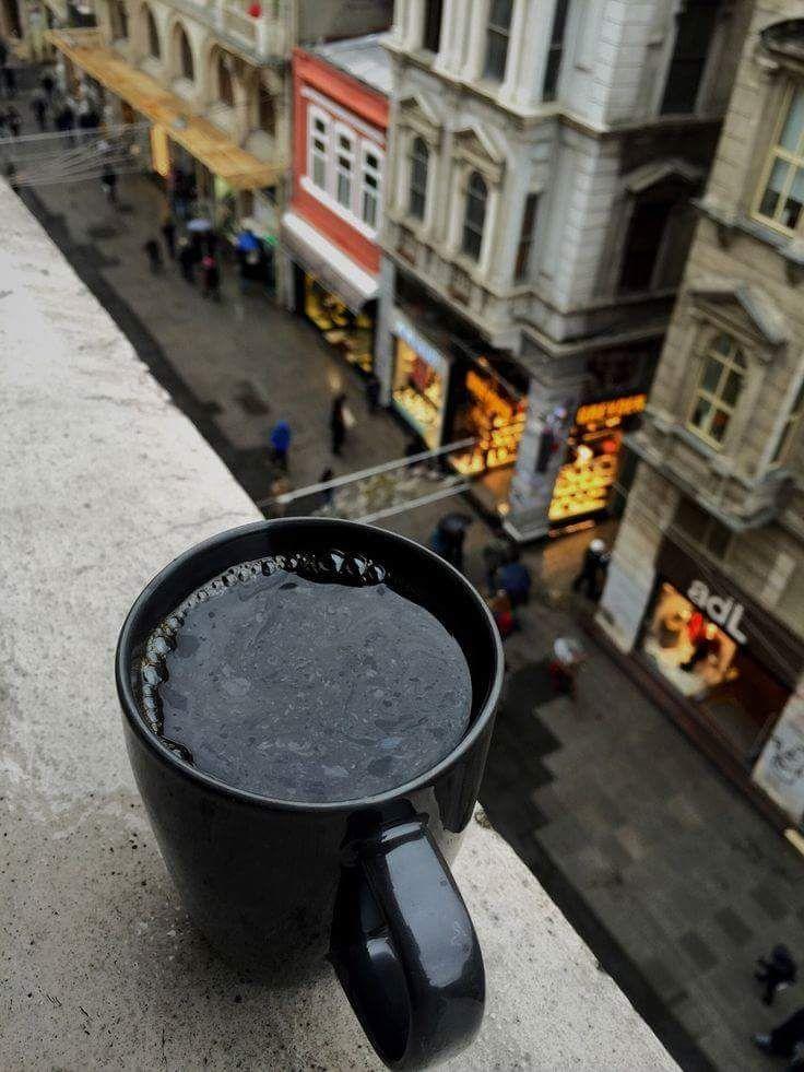 Улица, суета и черный кофе