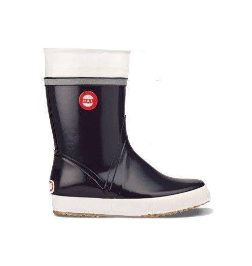 Deze donkerlblauwe zeilregenlaarzen zijn van het Finse merk Nokian Footwear en zijn erg populair in Finland! De regenlaarzen zijn handgemaakt en hebben een kwalitatief voetenbed dat de juiste ondersteuning geeft aan je voeten. Je kunt er dus met gemak lange boswandelingen mee maken of gerust de hele dag mee dansen op een regenachtig festival. Verkrijgbaar voor € 69,95 bij Hipinderegen.nl. / Nokian Hai Wellies