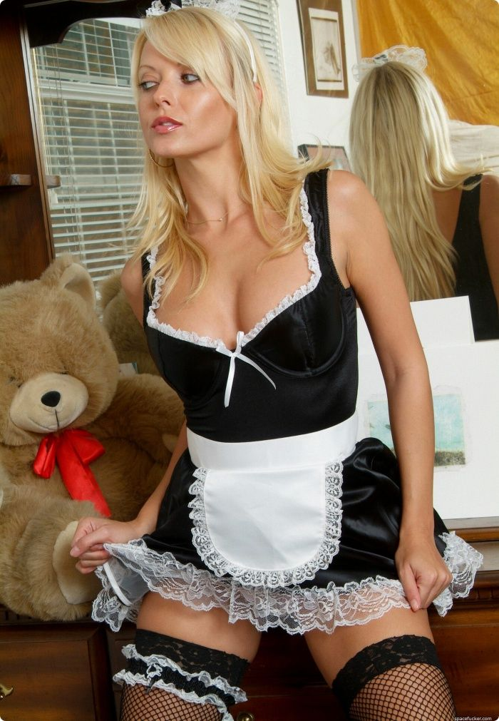 молодая красивая горничная блондинка фигурным