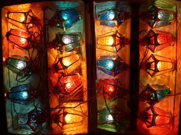 """Гирлянда середины 80-х годов 20 века. Правильное название """"Радуга-1"""". Фонарики сделаны из плексигласа (оргстекло) Каждый фонарик состоит из шестигранного посеребренного пластмассового каркаса. Внутри находится светофильтр из цветного плексигласа. https://vk.com/topic-97798497_32808070?z=photo-97798497_375032928/post-97798497_176"""