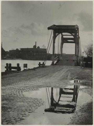 Spaarndamse weg langs het Spaarne met meerdere ophaalbruggen over toegang naar westelijk gelegen havens.