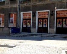 """Stare kina... kto nie wspomina ich z sentymentem? Trochę nas serce boli, kiedy widzimy, że w budynku po kinie """"Pokój"""" znajduje się teraz chińskie centrum handlowe...http://mlodywschod.pl/przestrzen-miasta/najlepsze-kino-w-dawnym-bialymstoku/."""
