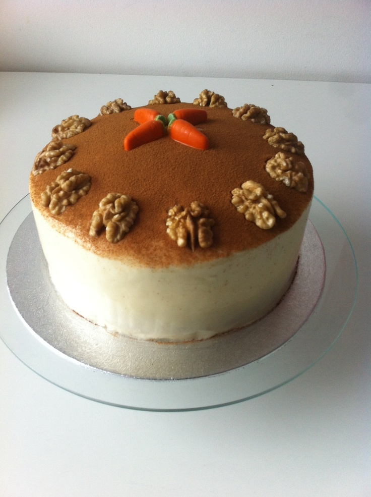 One of my favourites... Carrot cake with walnuts and cinnamon on top. Hmm... Yummy!