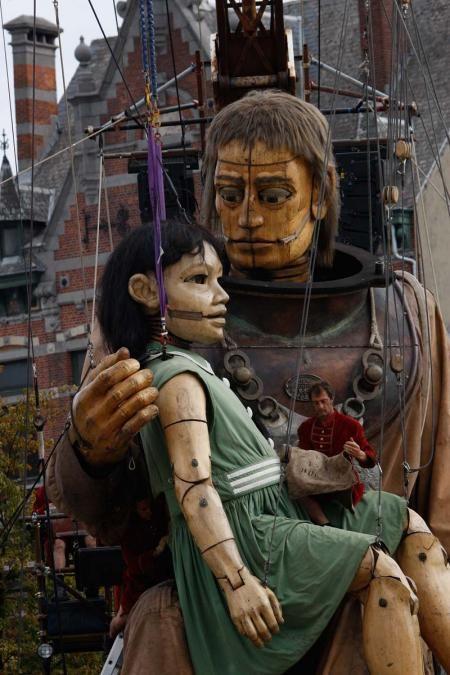 * Royal de Luxe Le scaphandrier sa main et la petite géante  Royal de luxe  compagnie de théâtre de rue française fondée en 1979 basée à Nantes. Le détournement d'objets, le recours au gigantisme et la manipulation de marionnettes à fils sont ses signatures.