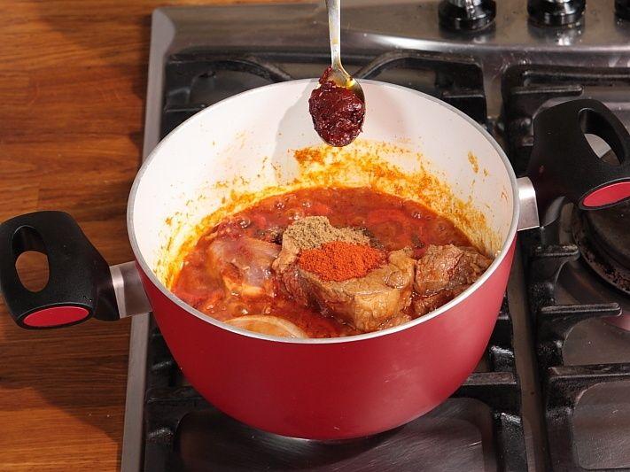 Ingrédients: 400 g de macaronis de votre choix 300 g de viande d'agneau 100 ml d'huile d'olive 2 gousses d'ail 2 cuillères de concentré de tomates 1 petite cuillère de cumin 1 petite cuillère de Harissa Sel et poivre par le gout Préparation: Dans une casserole de grande capacité, chauffez l'huile d'olive Ajoutez l'ail …