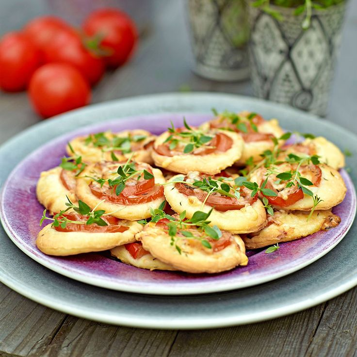 Små mumsiga pizzette med  tomat & timjan slinker snabbt ned.
