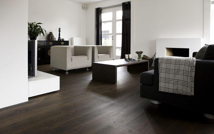 Eiken houten vloer zonder velling. De eiken houten vloer is ter plekke gerookt en daarna met zwarte olie behandeld. Foto Van Houten Vloeren | Uipkes Houten Vloeren