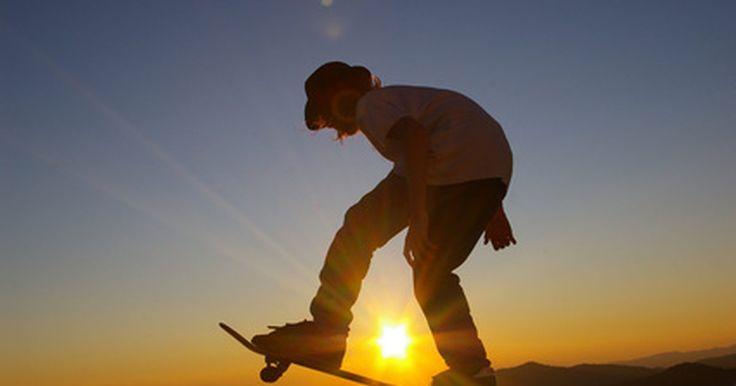 """Como aprender a andar de skate no estilo """"dogtown"""". Nos anos 70, um grupo de surfistas jovens levou suas habilidades para as ruas de Santa Monica e Venice, na California, saltando em pranchas de skate e criando seu próprio estilo. A área próxima da praia, que a equipe chamava de casa, era frequentemente chamada de Dogtown. Principalmente influenciado pelos movimentos leves e fluidos do surf, o ..."""