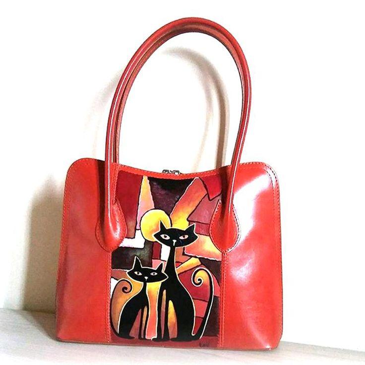 Borsa in pelle dipinto a mano, GATTI INNAMORATI, color cognac con una simpatica scena di due gatti stilizzati dipinti a mano con colori brillanti e irreversibili.