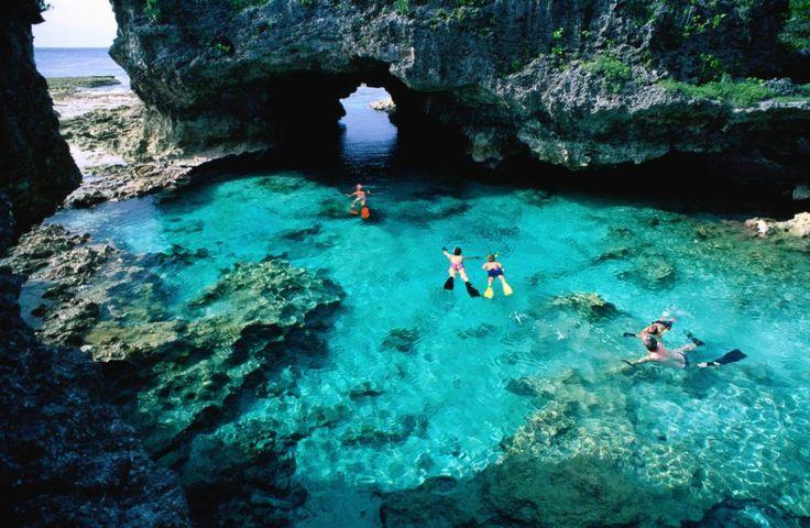 Alofi es la capital de Niue, un país situado en el Océano Pacífico. Y precisamente ahí mismo se encuentra esta maravillosa piscina!. Eso si, 100% natural y con agua caliente.