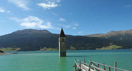 Das versunkene Dorf. Der Kirchturm von Alt-Graun im Reschensee.