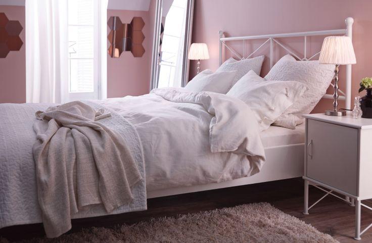 La misma habitación, pero con cortinas, alfombra, pantallas de lámpara y ropa de cama de colores claritos, todo de IKEA.
