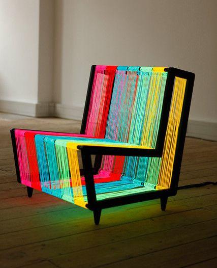 Kiwi & Pom. Esta cadeira moderna é feita com arame eletroluminescente que acende quando ligado.