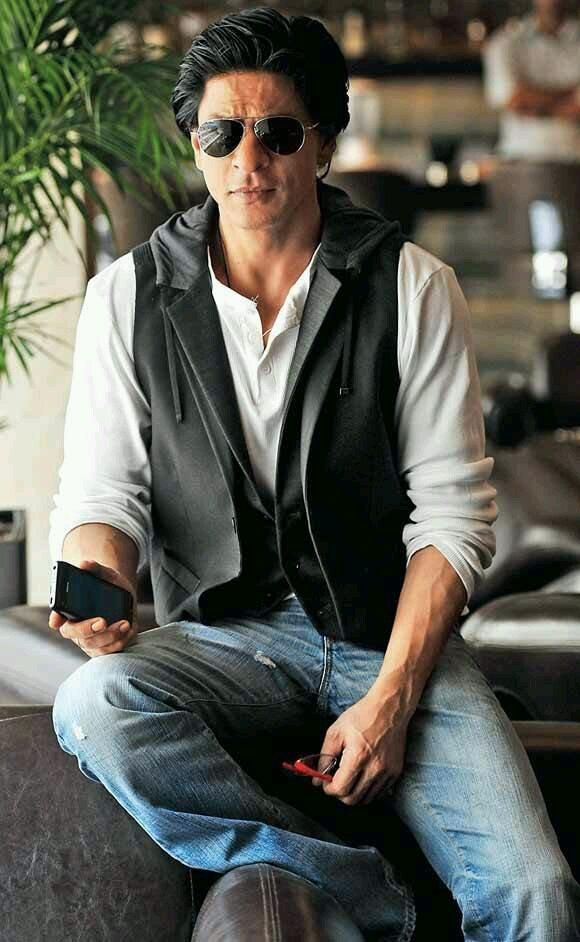 """""""@_iamgk: @SRKUniverse can u see this new pc of king khan what a new style ...he is look to good pic.twitter.com/pMvhgnJ8Ra"""""""