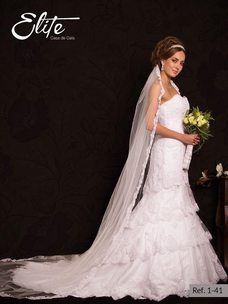 Vestido de novia blanco tipo sirena strapless, con sesgos en la falda. Viene en encaje y con apliques de cristal swarovski; un suntuoso diseño que hará de esta ocasión aun mas especial.