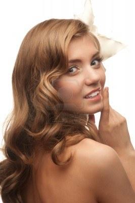 Ritratto di bella giovane donna con bei capelli lunghi biondi. Isolato su sfondo bianco Archivio Fotografico