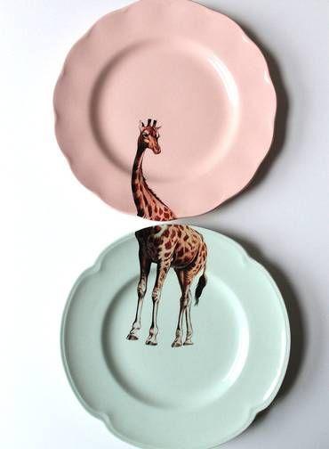 A artista plástica Yvonne Ellen vende diversos pratos com desenhos de bichos no site Etsy. São sempre duas peças que se completam. O da girafa custa R$ 137,28 Foto: Divulgação