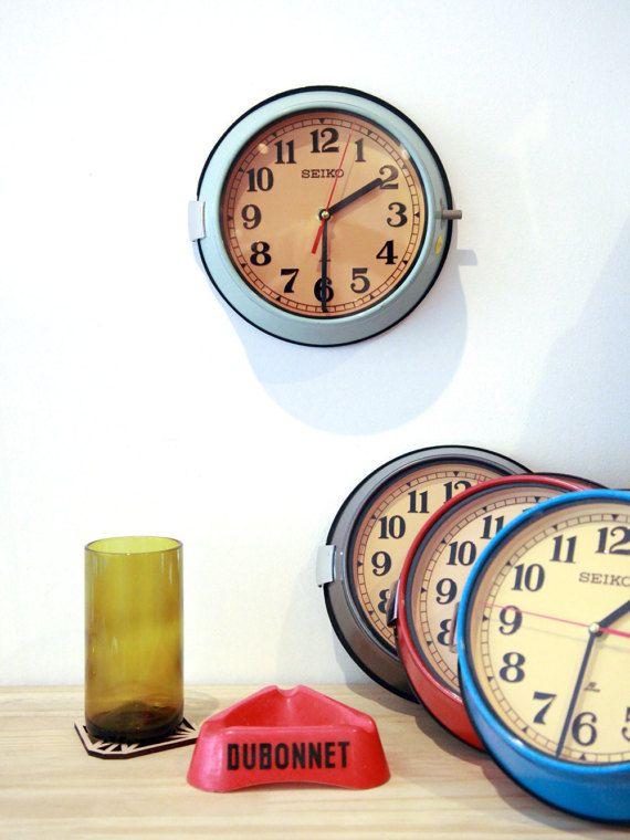 Véritable horloge vintage en acier SEIKO navigant sur les bateaux de croisières dans les années 70.  Lhistoire de lhorloge Seiko : Arès avoir navigué des centaines de milliers de kilomètre dans une des multiples cabines de grands bateaux de croisière comme le navire Atlantique, cette horloge se retrouve sur les chantiers des côtes indiennes pour un démantèlement complet des bâtiments. Certaines parties de ces imposants paquebots sont recyclés, dautres jetées, et les plus belles choses sont…