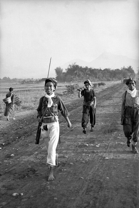 Djokjakarta 1949. A squadron of TNI guerilla fighters coming in from the mountain. Some had no shoes but rifles, some had rifles but no shoes. Magnum photo.
