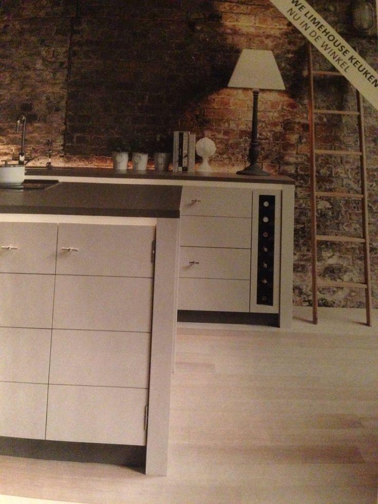 Keuken van Neptune Voorburg Mooi detail: flessenrek!