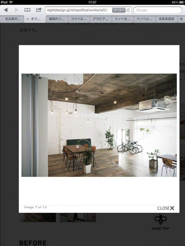 ばらついて垂れ下がったライト、業務用エアコン。白壁、コンクリートの天井。