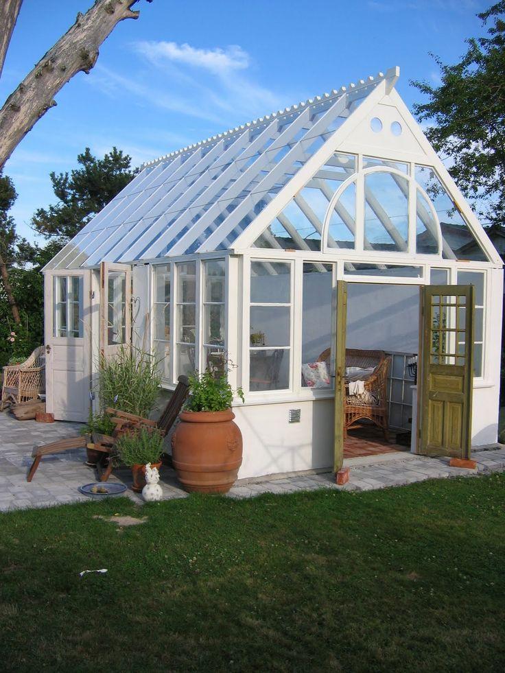 När jag började drömma om ett platsbyggt växthus letade jag runt på nätet för att hitta inspiration till bygget. Jag hade massor med fr...