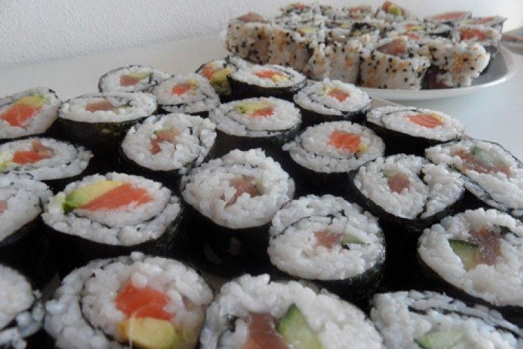 Gespot op de geweldige blog Chicks Love Food: zelf maki sushi maken. Overigens een echte aanrader deze site; de twee eigenaresses bloggen regelmatig over hun culinaire avonturen en heerlijke recepten. Spoel de rijst onder koud water in een vergiet een paar minuten af, tot het water niet meer troebel is. Laat vijf minuten in een …