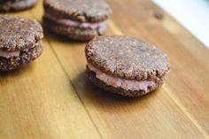 Dubbele Cacao Koekjes met Aardbeien Cashew Cream - Blij Suikervrij