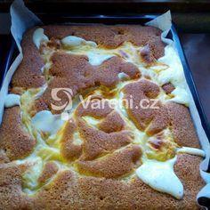 Hrnkový recept na jemný koláč s ovocem. Rychlý a chuťově jemňoučký moučník.