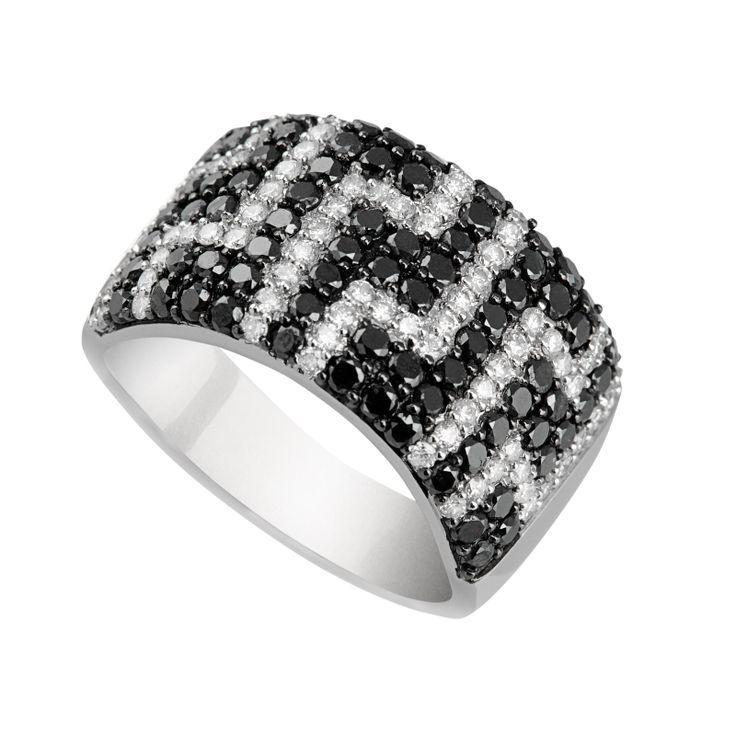 #oro #anillo #joya #diamante #borneojoyas #joyeria #lujo Sortija de oro blanco con diamantes blancos y negros, y con un peso total de diamantes de 2,15 Quilates